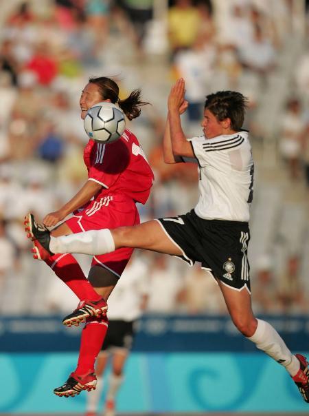 奥运中国女足首战德国 滕巍与德国队球员拼抢