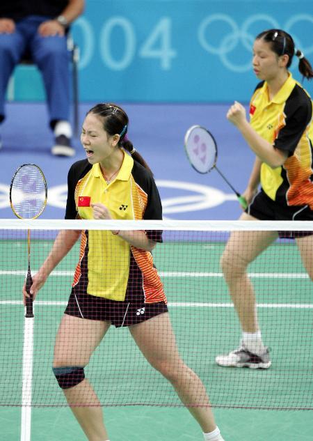 选手张洁雯/杨维(右)在雅典奥运会羽毛球女双比赛中