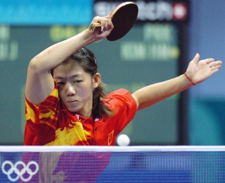 图文-乒乓球女单牛剑锋遭淘汰 挥手回球