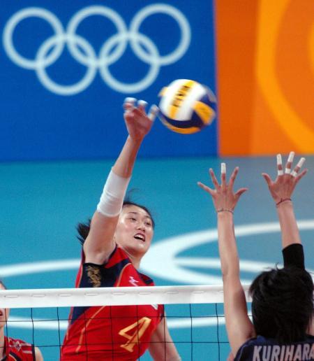 中国女排杀入四强 中国队副攻手刘亚男扣球