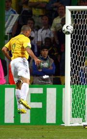 世界杯-罗纳尔多2球平纪录巴西4-1逆转大胜日本