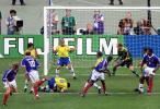 图文-大师齐达内经典老照片98世界杯决赛梅开二度
