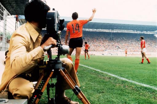 双峰 足球/决赛中双方队长克鲁伊夫(橙衣)与贝肯鲍尔双峰对峙