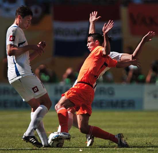 罗本光耀全场竟遭队友抨击范佩西不满其踢球太独
