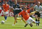 图文-[热身赛]荷兰VS澳大利亚斯内德被对手撂倒
