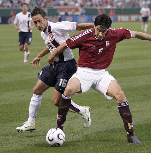 图文-[世界杯热身赛]美国2-0委内瑞拉沃尔夫争球