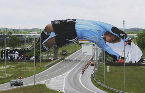 图文-德国世界杯准备紧锣密鼓卡恩65米巨幅海报亮相