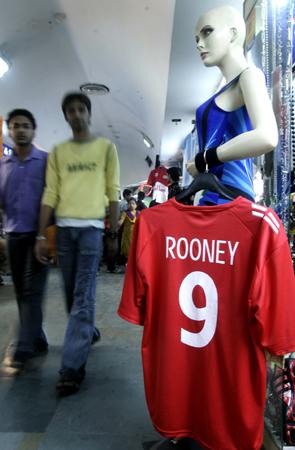 图文-世界杯气氛充满新德里鲁尼球衣倍受欢迎