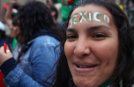 图文-墨西哥球迷提前进入状态涂上油彩欢迎母队