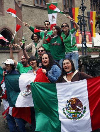 图文-墨西哥球迷提前进入状态高扬国旗为球员鼓劲