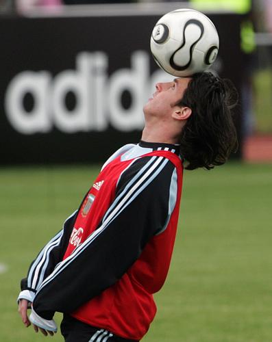 图文-阿根廷备战德国世界杯梅西粘住了足球