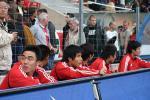 图文-[热身赛]国足1-4瑞士替补队员场边观看比赛