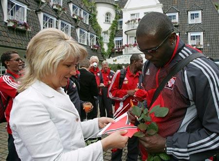 图文-特立尼达和多巴哥抵达德国杰克为球迷签名