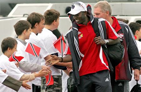 图文-特立尼达和多巴哥抵达德国约克受到球迷欢迎