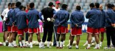 图文-哥斯达黎加赛前训练球员倾听教练战术讲解