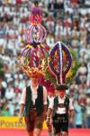 图文-2006德国世界杯开幕式演员头顶巨大装饰品