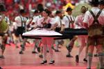 图文-2006德国世界杯开幕式女演员展示特色裙子