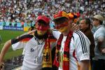 图文-新浪直击世界杯开幕式德国球迷现场助威