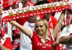 图文-红白色调的波兰球迷靓丽女郎高举助威旗帜