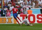 图文-新浪直击06世界杯揭幕战默特萨克铲阻对手