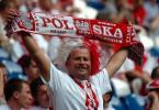 图文-红白相间的波兰球迷为波兰呐喊助威