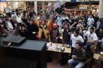 图文-各国球迷德国街头百态电视前球迷氛围浓厚
