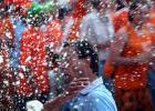 图文-各国球迷德国街头百态荷兰球迷疯狂戏水