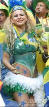图文-巴西球迷赛场展示风采桑巴皇后现身看台