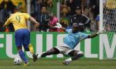 图文-[世界杯]巴西vs加纳罗纳尔多晃过门将