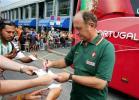 图文-葡萄牙备战三四名决赛斯科拉里为球迷签名