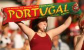 图文-葡萄牙球迷现场助威围巾哨子都不能少