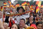 图文-德国球迷现场为球队助威小球迷全情投入