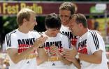 图文-德国国家队盛大庆祝会在说什么悄悄话呢