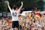 图文-德国国家队盛大庆祝会巴拉克向球迷挥手