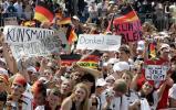 图文-德国国家队盛大庆祝会球迷挽留克林斯曼
