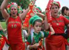图文-葡萄牙球迷现场助威迎接球队最后的演出