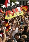图文-德国球迷欢庆第三名德国球迷期待2010