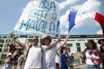 图文-法国球迷火爆助阵法国球迷举旗造势