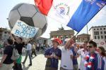 图文-法国球迷火爆助阵法国球迷在关注何物?