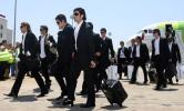 图文-葡萄牙队回国受热烈欢迎全队黑衣人打扮