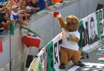 图文-法国球迷现场为球队助威为意大利球迷祝福