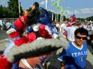 """图文-法国球迷决赛助威这个帽子是""""鸡""""的乐园"""