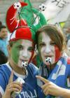 图文-意大利球迷决赛助威决战的哨声即将吹响