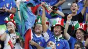 图文-意大利球迷现场助威为祖国的战将们欢呼