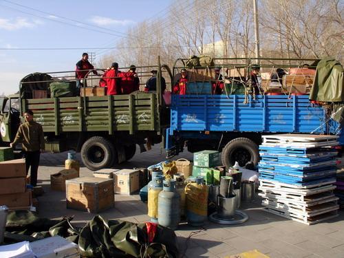 组图:测量队员在格尔木准备出发