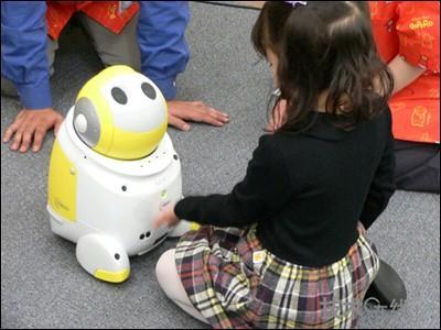 个孩子 nec保姆机器人很智能 图