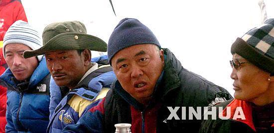 中日女子登山队和珠峰测量队进驻大本营(图)(2)