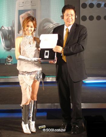 蔡依林首次代言手机激情助阵摩托罗拉E680i