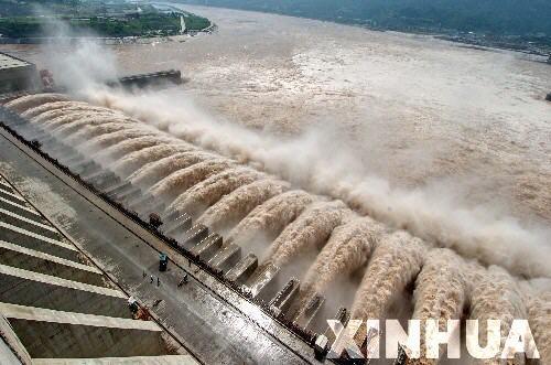 长江上游连降暴雨三峡大坝全力泄洪(组图)