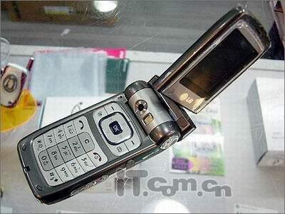 LG百万像素旋屏手机G920跌破2000元
